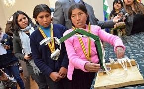 Condecoran a niñas Erika Mamani y Esmeralda Quispe por crear un brazo hidráulico con materialesdesechables