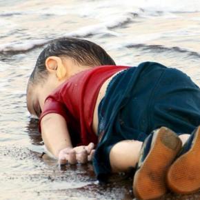 Manifiesto #YoSoyRefugiado frente a la foto de lavergüenza