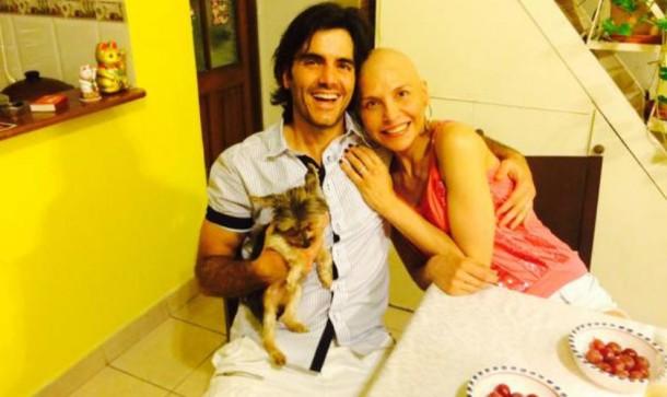 Lorena Meritano, su esposo y su perrito