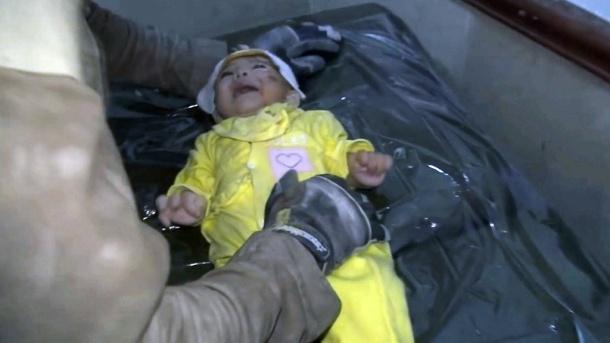 casco-blanco-y-bebe-rescatado-en-siria