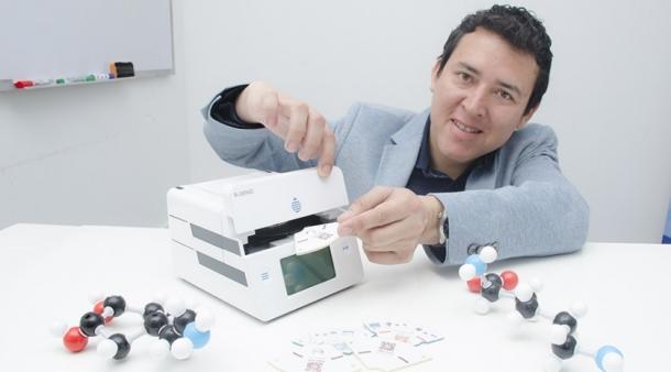 investigador-peruano-william-trujillo-y-su-maquina-detectora-del-dengue-en-10-minutos