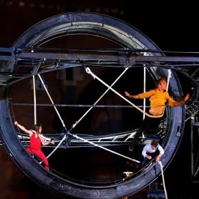"""Circo contemporáneo francés """"Perceptions"""" : Desafiante viaje de física cuántica sobre elescenario"""